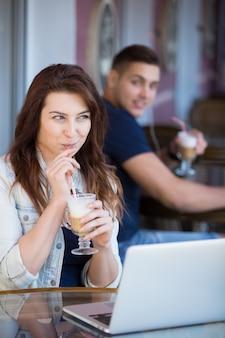 Vrolijk meisje genieten van haar milkshake