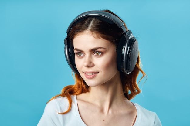 Vrolijk meisje in een witte t-shirt met een joysticktechnologie voor een koptelefoon
