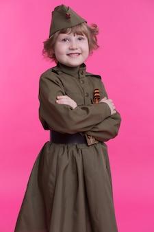 Vrolijk meisje in het uniform van sovjet-soldaten uit de tweede wereldoorlog