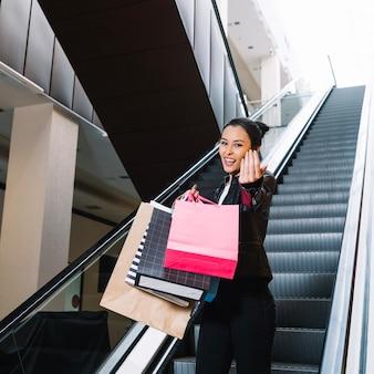 Vrolijk meisje in het winkelcentrum gebaren