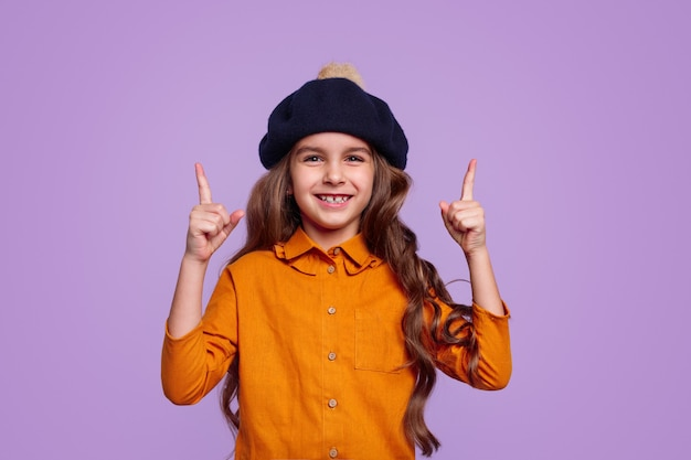 Vrolijk meisje in hoed die benadrukt