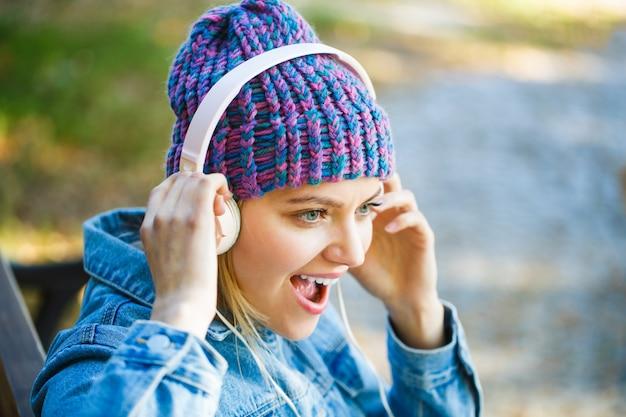 Vrolijk meisje luisteren muziek in hoofdtelefoons.