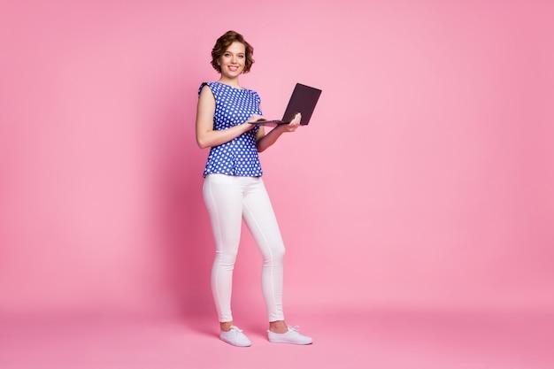 Vrolijk meisje met laptop die rapport voorbereidt