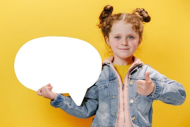 Vrolijk meisje met tekstballon en met haar duim omhoog op gele achtergrond