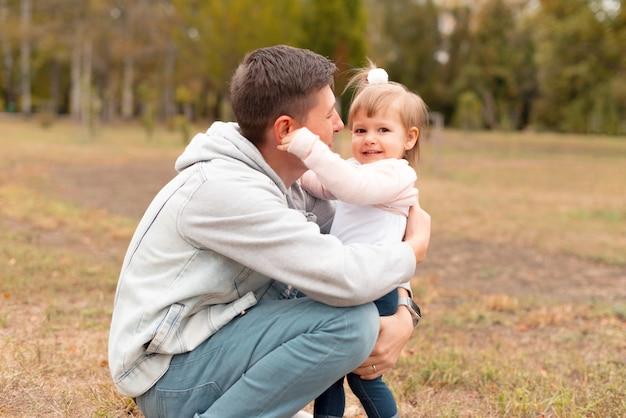 Vrolijk meisje met tijd met haar vader buiten