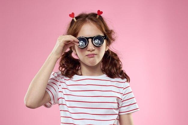 Vrolijk meisje met vlechten en zonnebril