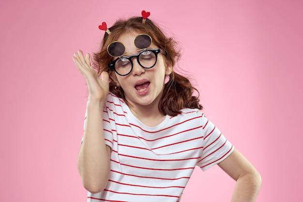 Vrolijk meisje met vlechtjes zonnebril gestreept t-shirt roze levensstijl