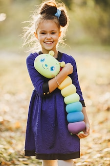 Vrolijk meisje met zacht stuk speelgoed