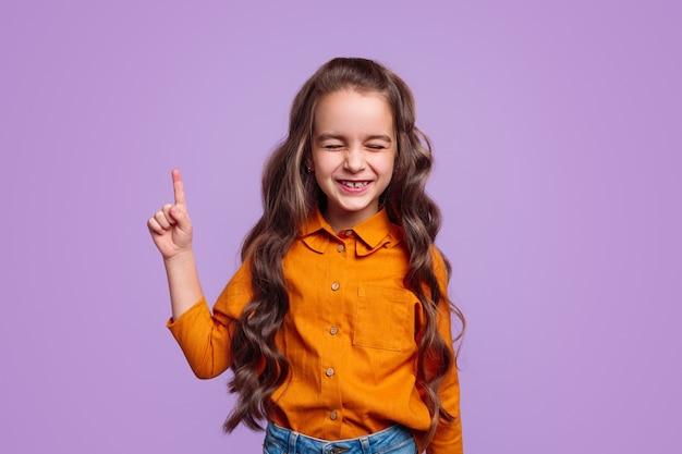 Vrolijk meisje wijzende vinger omhoog