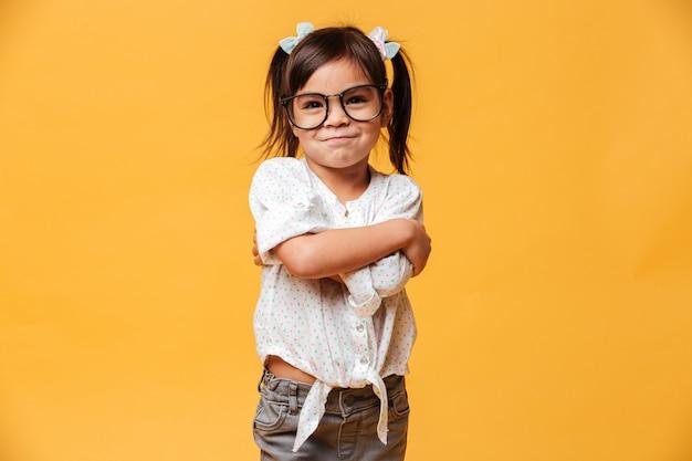 Vrolijk meisjekind dat glazen draagt