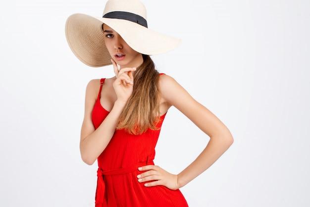 Vrolijk model in elegante kleding