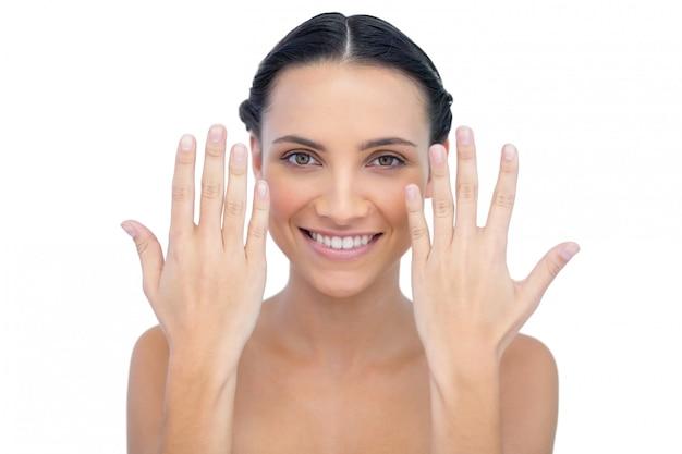 Vrolijk natuurlijk model dat handen opheft