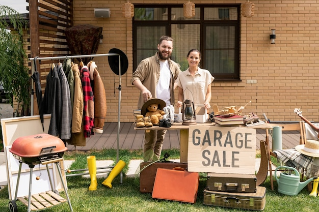 Vrolijk paar dat garage sale host