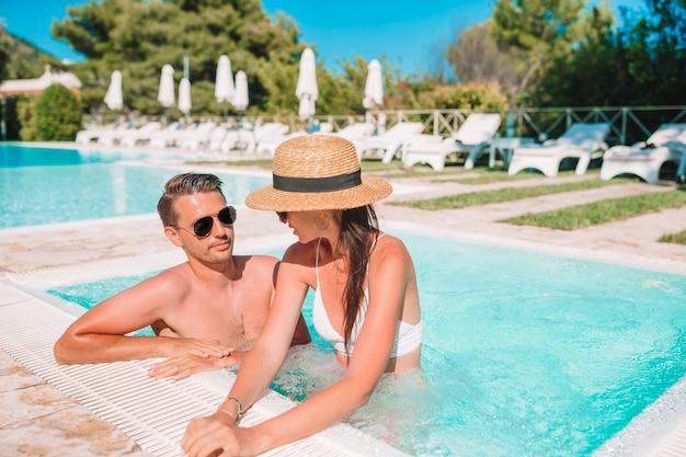 Vrolijk paar dat in een zwembad rust