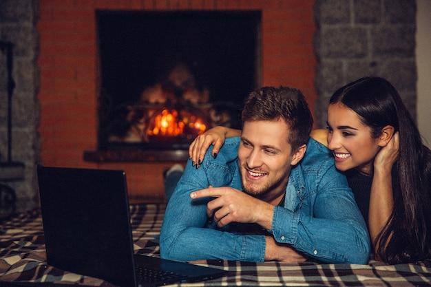 Vrolijk paar dat samen op gfloor ligt en lacht