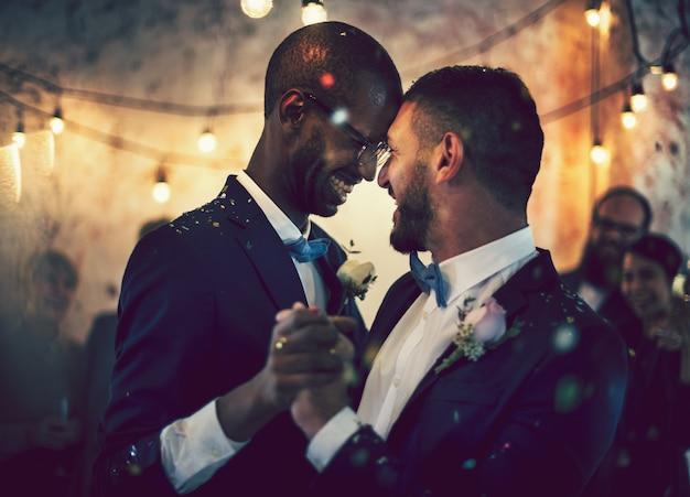 Vrolijk paar die op hun huwelijksdag dansen