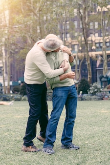 Vrolijk paar in het park in new york