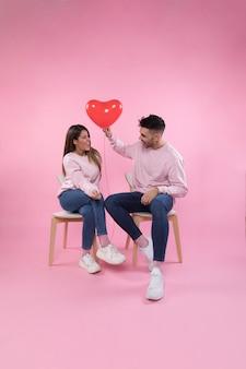 Vrolijk paar met hartballon