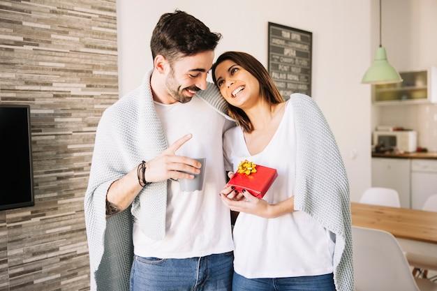 Vrolijk paar met heden en mok