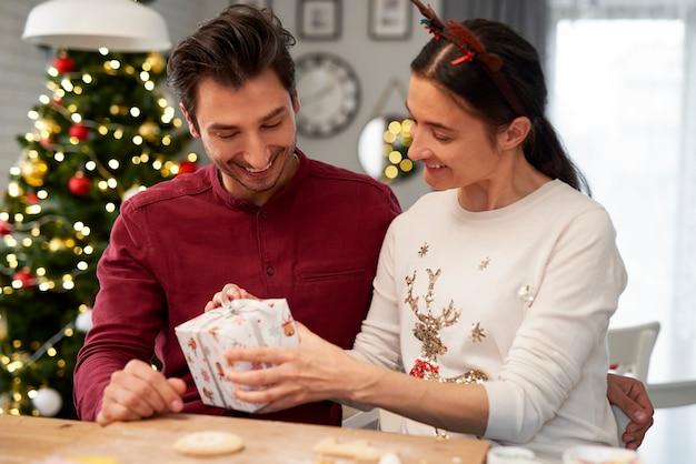 Vrolijk paar met kerstcadeau