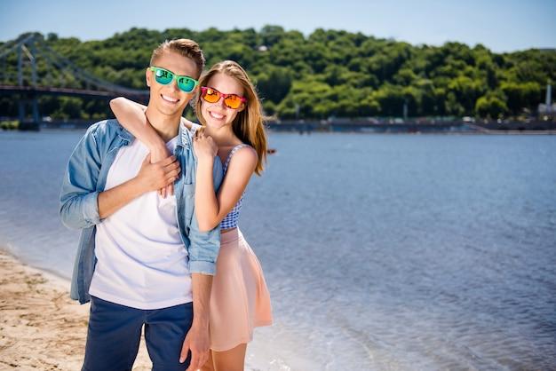 Vrolijk paar op het strand poseren