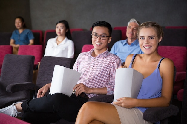 Vrolijk paar tijd samen doorbrengen in de bioscoop