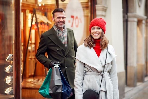 Vrolijk paar tijdens het winkelen in de winter