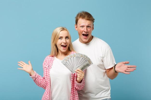 Vrolijk paar twee vriend, man en vrouw in wit roze t-shirts poseren