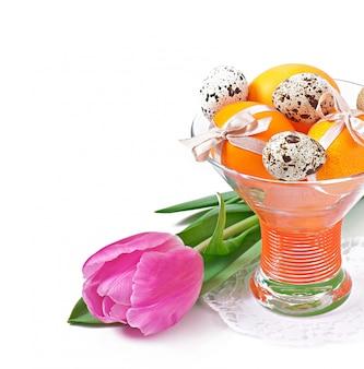 Vrolijk pasen - bloemen en kleurrijke eieren