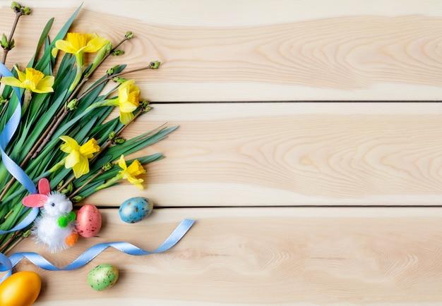 Vrolijk pasen concept. felicitatie pasen achtergrond. paaseieren en bloemen.