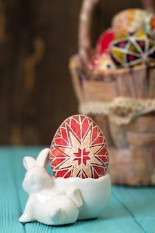 Vrolijk pasen - mand met mooi paasei pysanka handgemaakt. oekraïens traditioneel