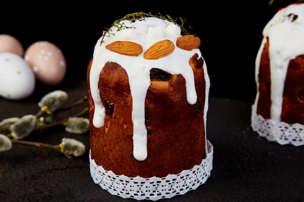 Vrolijk pasen, pasen-samenstelling met orthodoxe zoete cake,