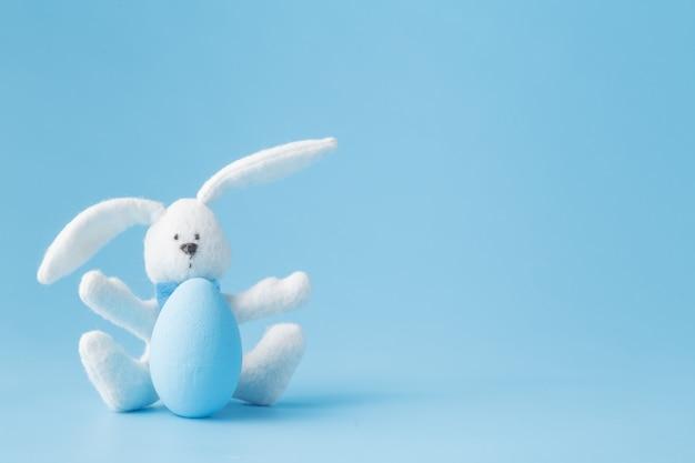 Vrolijk pasen - speelgoed konijn en paaseieren