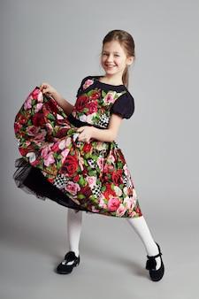 Vrolijk positief meisje in mooie jurk