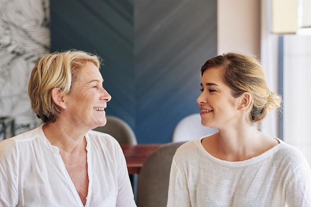 Vrolijk pratende moeder en dochter