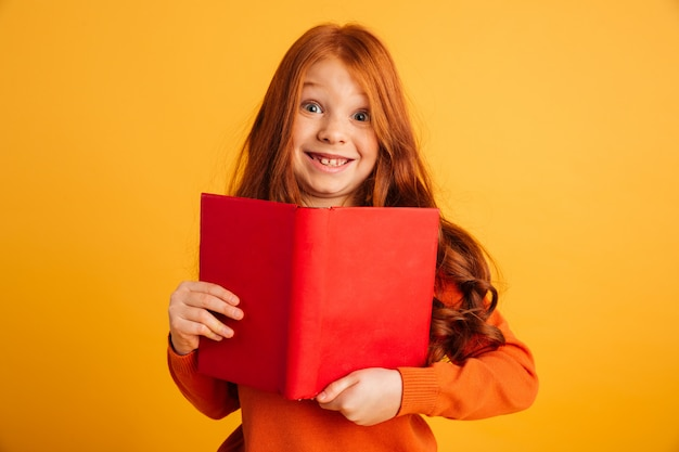 Vrolijk roodharige meisje met sproeten