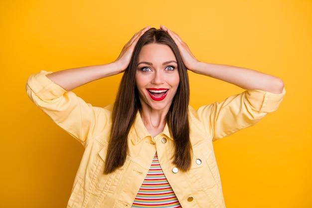 Vrolijk schattig aardig mooi meisje houdt hoofd niet in staat om in verkoop te geloven begon emoties uit te drukken op het gezicht leuke geïsoleerde levendige kleurenmuur