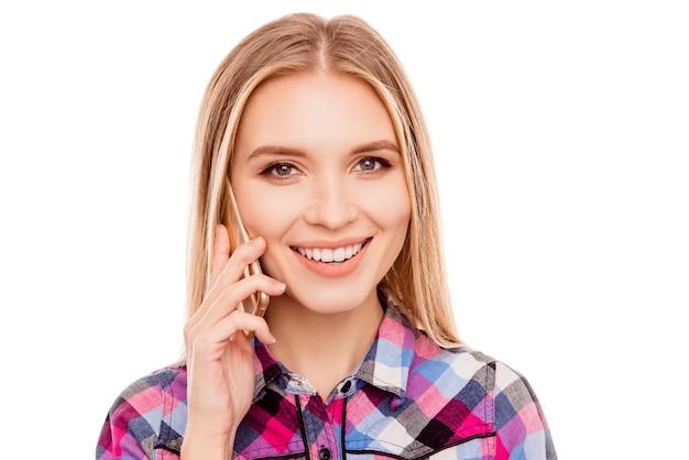 Vrolijk schattig jong mooi meisje spreken op mobiele telefoon