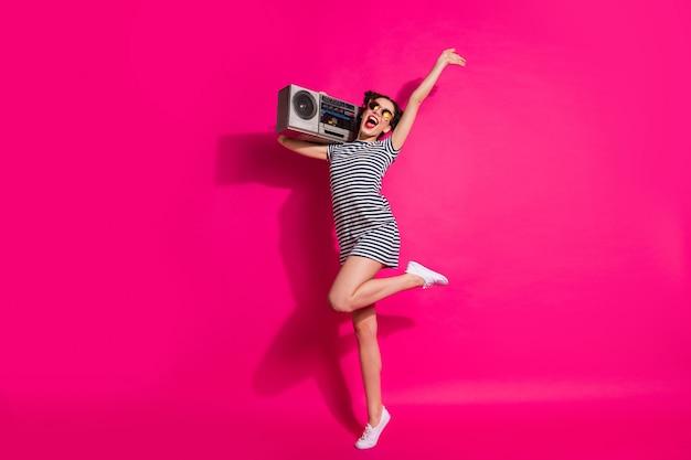 Vrolijk schattig meisje op een roze achtergrond