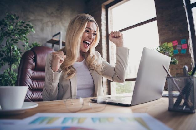 Vrolijk schreeuwende ondernemer gebaren