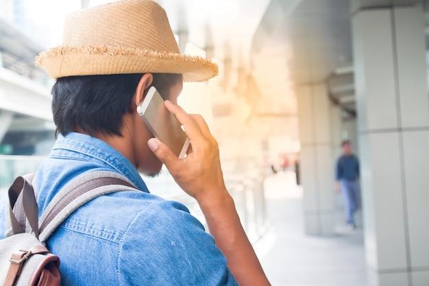 Vrolijk smartphone zonnig gebouw backpacker toerist