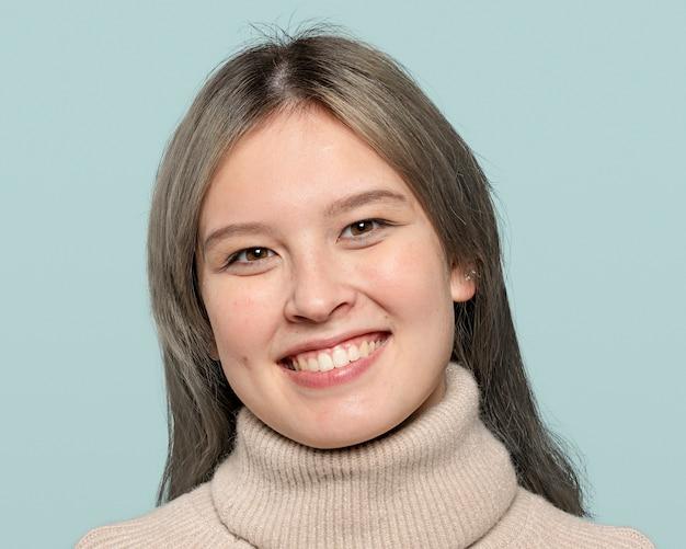 Vrolijk tienermeisje, lachend gezicht portret