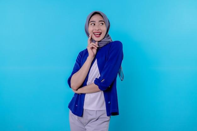 Vrolijk vrouw op met hijab die een plan in gedachten verzint, een idee bedenkt