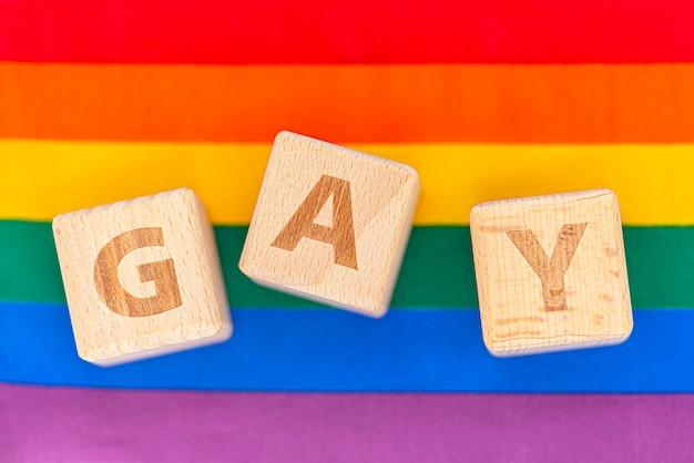 Vrolijk woord door houten kubussen, conceptenbeeld