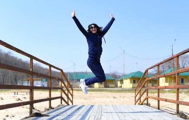 Vrolijke 45-jarige russische vrouw die springt en lacht