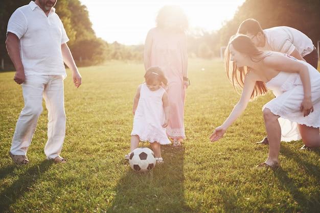 Vrolijke actieve familie plezier op het platteland in zomerdag.