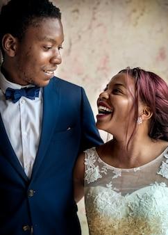 Vrolijke afrikaanse afkomst bruid bruidegom samen