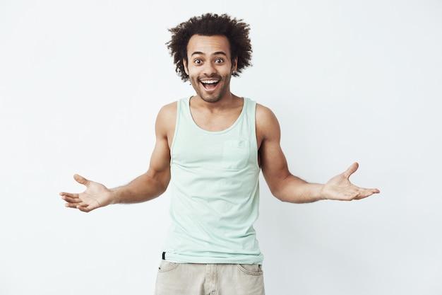 Vrolijke afrikaanse man die lacht gebaren.