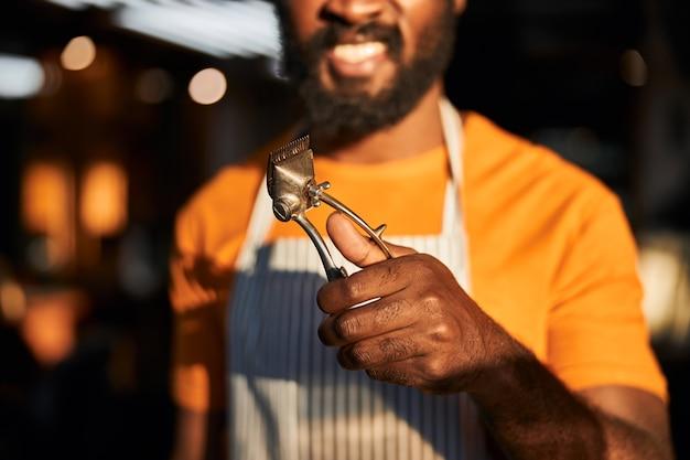 Vrolijke afro-amerikaanse man met tondeuse