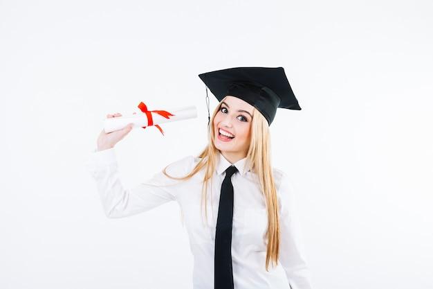 Vrolijke afstuderende vrouw met diploma